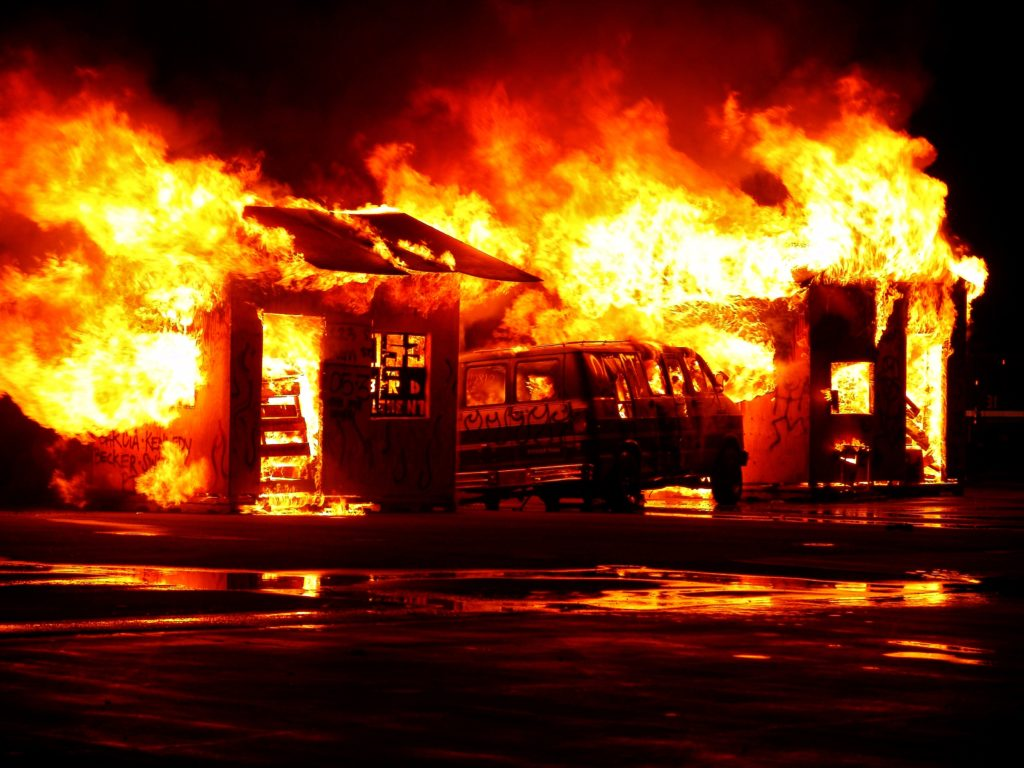 濃烈的大火燒毀一切,若無加入保險,重大意外發生時便少了能應急的理賠金。|礙的萬物論
