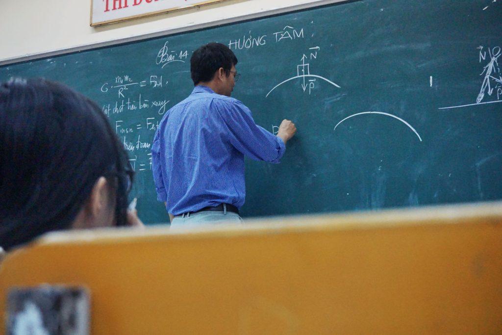 在黑板寫下珍貴知識的老師 歡迎來到行行美麗!|礙的萬物論