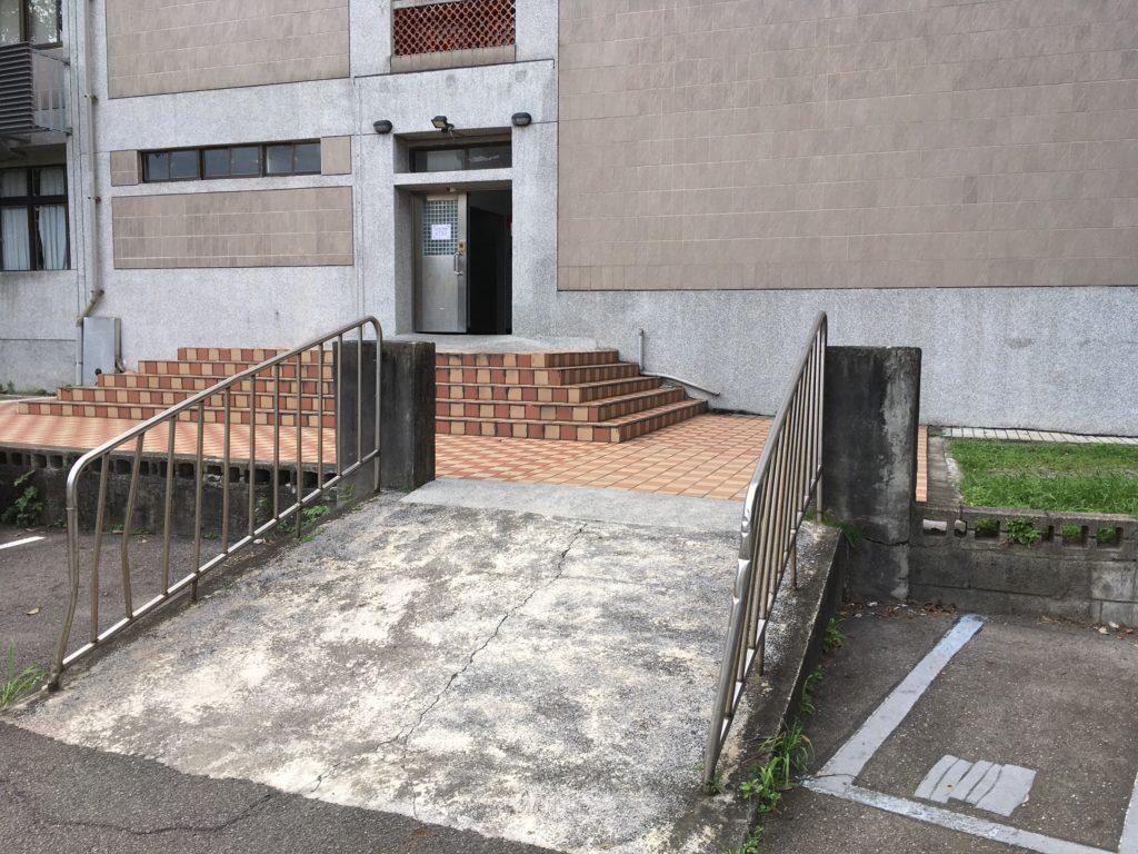 兩段理應銜接的樓梯,一段有無障礙設施,另一段卻沒有。