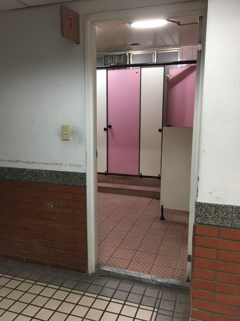 內有無障礙廁所的洗手間門口,卻有阻礙的門檻。